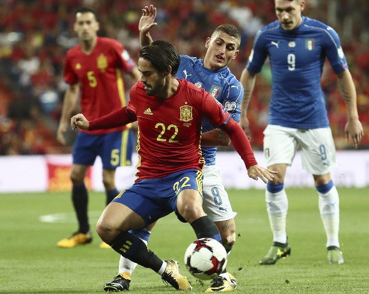 Isco Alarcón en más de una ocasión puso en aprietos a Marco Verratti en el duelo España-Italia. (Foto Prensa Libre: EFE)