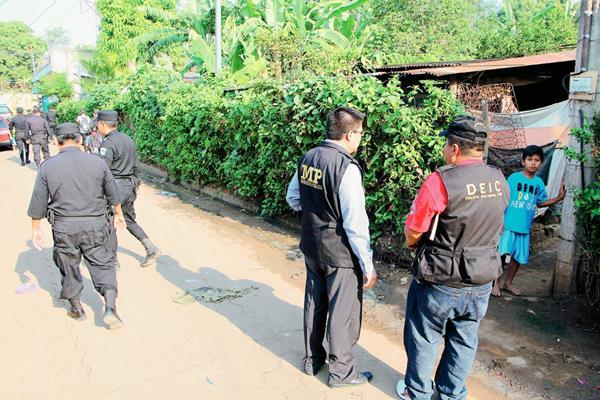 Fiscales del  MP y agentes  de la Deic allanan una vivienda en la colonia El Abrigo, El Asintal, Retalhuleu, en busca de presuntos delincuentes. (Foto Prensa Libre:)