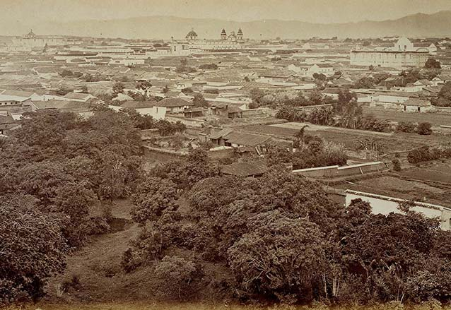 Vista de la ciudad de Guatemala desde el Cerrito del Carmen, pueden observarse las iglesias de Santa Teresa en primer término, la Catedral y al fondo, San Francisco. (Foto: Eadweard Muybridge)