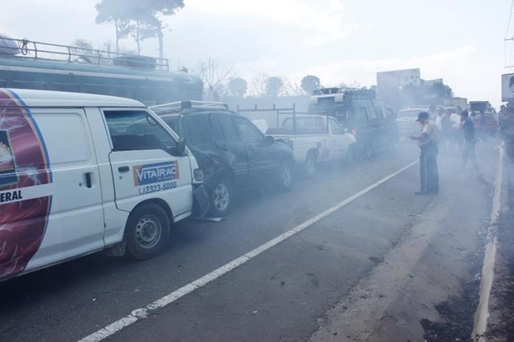 Una ambulancia y otros cinco vehículos colisionaron en el km 42.5 de la ruta Interamericana, debido al humo causado por un incendio forestal. (Foto Prensa Libre: Víctor Chamalé)