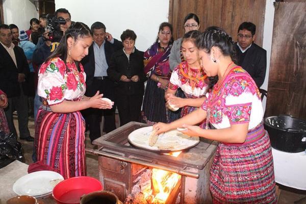 <p>Las candidatas a Reina Indígena de San Cristóbal Totonicapán, muestran su habilidad para cocinar. (Foto Prensa Libre Édgar Domínguez)<br></p>
