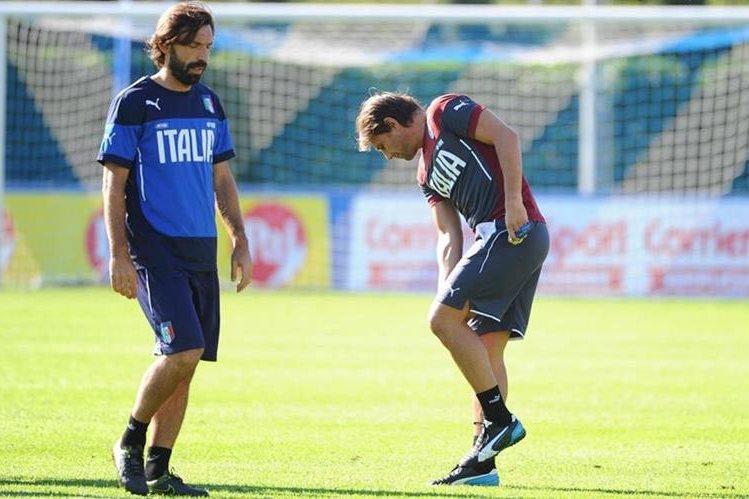 El seleccionador italiano, Antonio Conte junto a el jugador Andrea Pirlo durante uno de los entrenamientos de Italia. (Foto Prensa Libre: EFE)