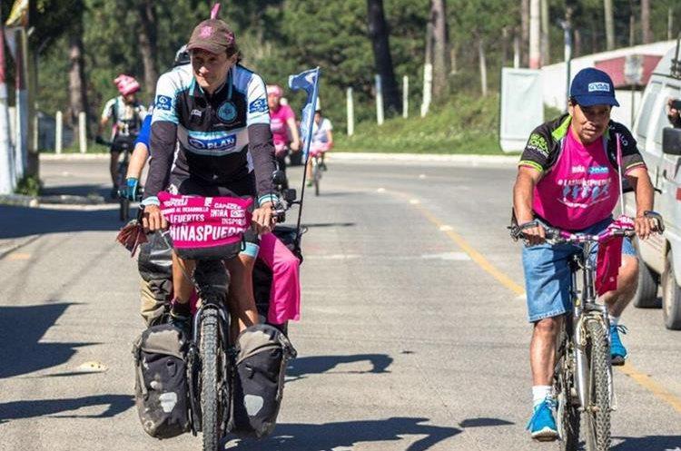 Simon lleva 82 mil kilómetros recorridos en bicicleta por diferentes países de América, desde el círculo ártico de Canadá hasta el final del Hemisferio Sur, entre Argentina y Chile. (Foto Prensa Libre: Eduardo Sam)