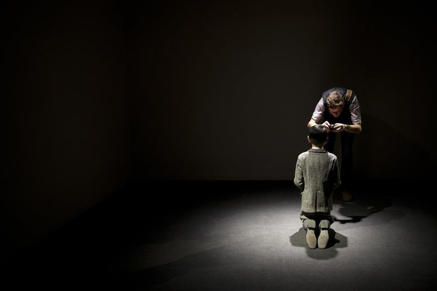 De espaldas, se diría que se está ante la silueta de un niño arrodillado. (Foto Prensa Libre: AP).
