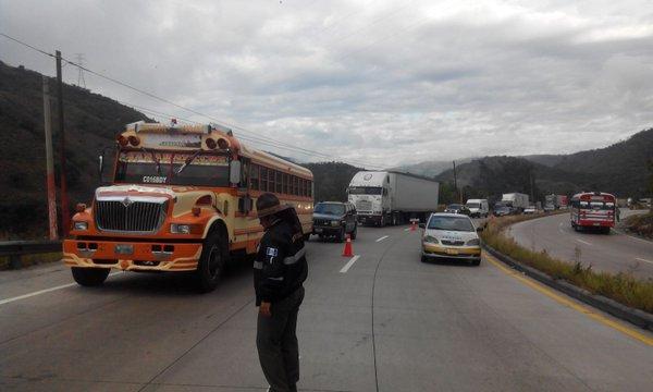 Agentes coordinan tránsito en la ruta al Atlántico, en Sanarate, El Progreso, donde autoridades efectuarán trabajos de construcción. (Foto HemerotecaPL)