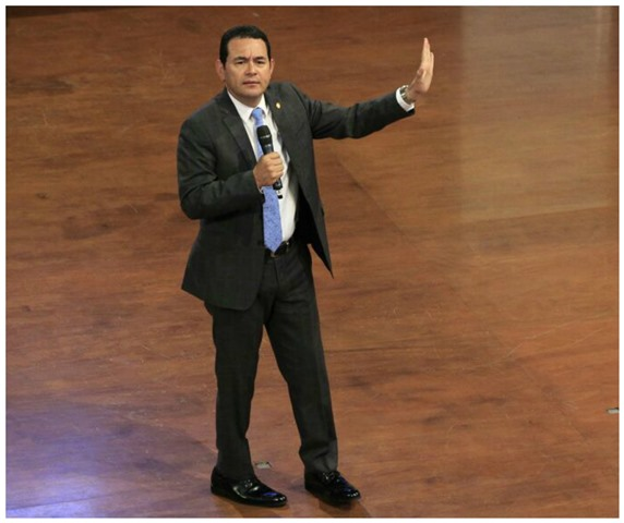 Presidente Jimmy Morales durante su discurso a jóvenes convocados por Conjuve. (Foto Prensa Libre: Carlos Hernández)