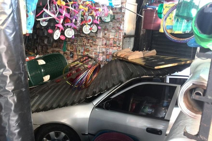 El comercio, dedicado a la venta de artículos plásticos quedó parcialmente destruído. (Foto Prensa Libre: Esbin García)
