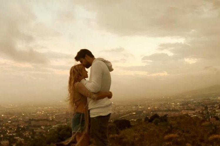 Gerard Piqué besa la cabeza de Shakira en la escena final del videoplip del sencillo Me Enamoré. (Foto Prensa Libre:YouTube)