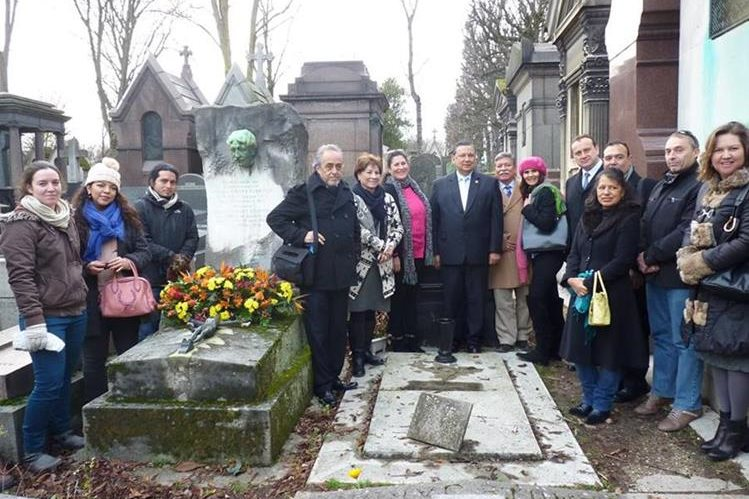 Delegación guatemalteca en la tumba del escritor Enrique Gómez Carrillo. (Foto Prensa Libre: Minex)