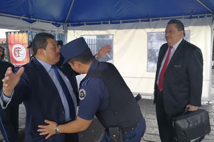 Los abogados Luis Rosales y Jaime Hernández Marroquín al momento de ingresar a la Torre de Tribunales. (Foto Prensa Libre: Érick Ávila)