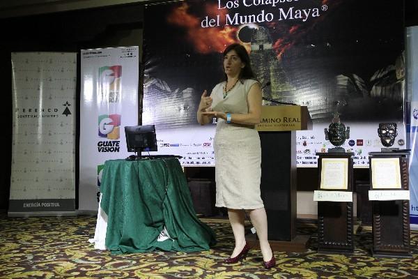 La arqueóloga   Liwy Grazioso expone los resultados  de su investigación sobre el mantenimiento de los reservorios de agua de los mayas.