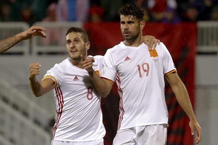 Diego Costa (derecha) festeja después de marcar el primer gol de España. (Foto Prensa Libre: EFE)