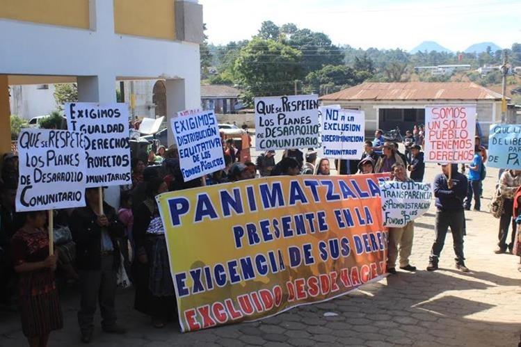 Inconformes protestan con pancartas frente a la municipalidad de San Andrés Semetabaj, Sololá. (Foto Prensa Libre: Ángel Julajuj)