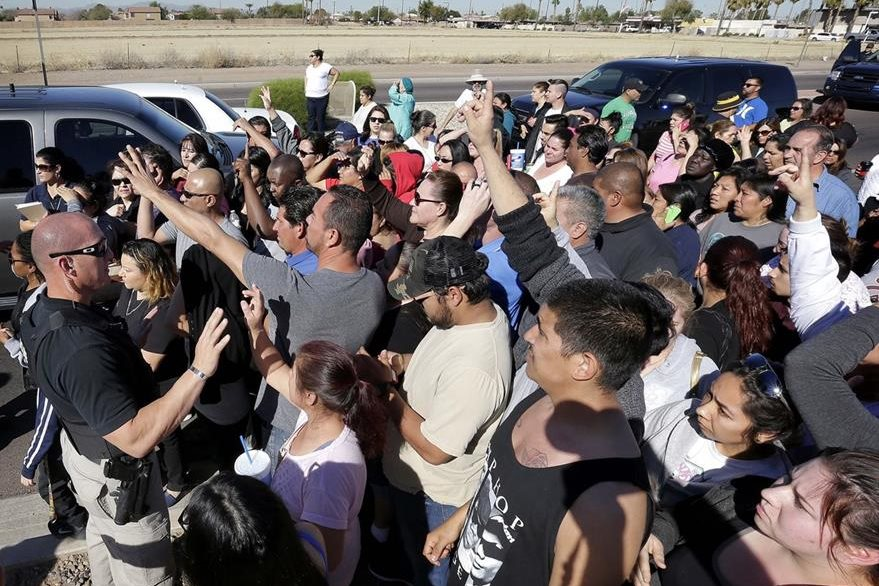 Decenas de padres piden información en la entrada de la escuela en Glendale, Phoenix. (Foto Prensa Libre: AP).