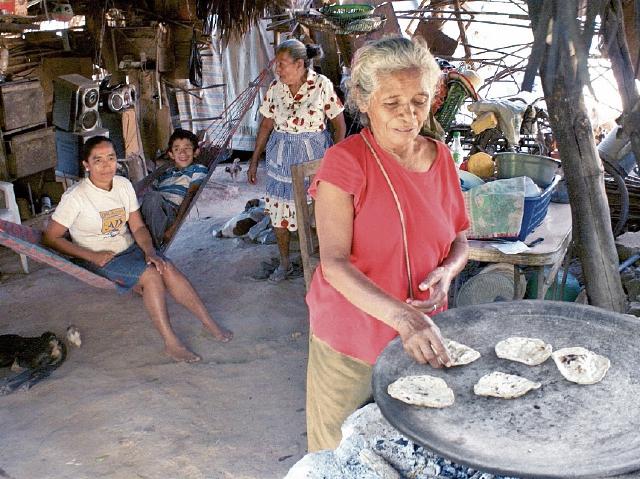Nicolasa Montesinos Morales  quedó viuda hace cinco años y vive en situación de pobreza.(Foto Prensa Libre: Héctor Contreras).