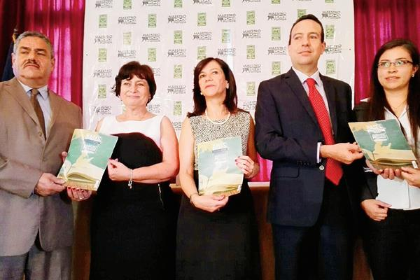 Los organizadores presentan las bases de la décima edición del premio Maestros 100 Puntos. (Foto Prensa Libre: Edwin Bercián)