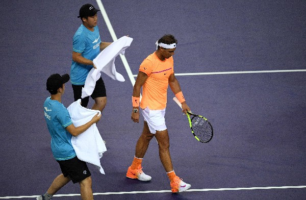 Rafael Nadal sale del partido molesto. El español dice que el ritmo de juego causa lesiones. (Foto Prensa Libre: AFP)