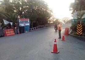 Brigadas de Provial controlan el paso de automotores en la estructura. (Foto Prensa Libre: Provial).