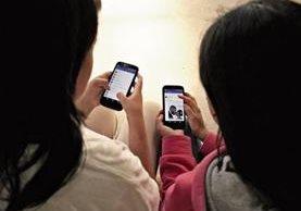 Autoridades señalan que la falta de atención de padres de familia pone en riesgo la vida de sus hijos menores que utilizan las redes sociales. (Foto Prensa Libre: Mike Castillo)