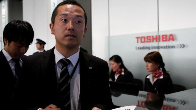 Toshiba, de ejemplo mundial empresarial a acumular millones en pérdidas. (REUTERS)