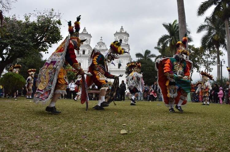 Un grupo de moros procedentes de Quiché realizaron bailes en el parque de la Basílica.(Foto Prensa Libre: Mario Morales)