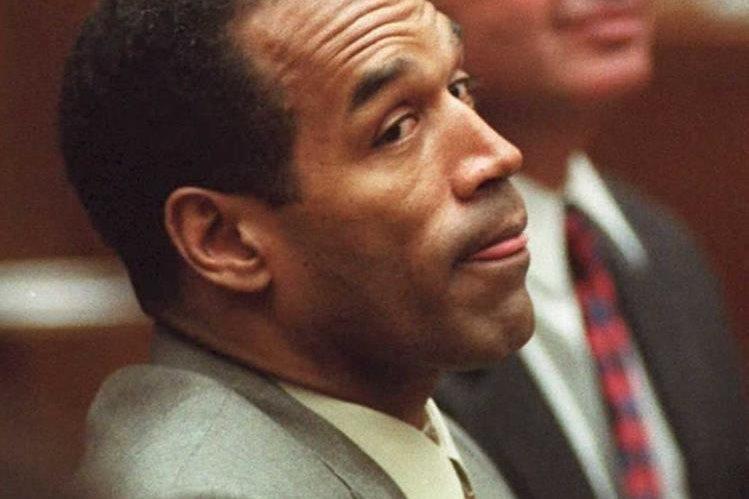 O. J. Simpson en una imagen de 1995 mientras escucha la acusación en su contra en Los Ángeles. (Foto Prensa Libre: AFP).