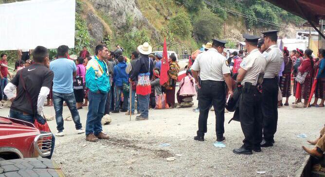 Unos 150 integrantes del Comité de Unidad Campesina (Cuc) también bloquearon la carretera Interamericana CA-1, en el Puente Colotenango, Huehuetenango. (Foto Prensa Libre: Mike Castillo)