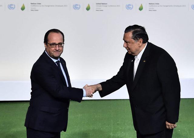 El presidente francés, François Hollande, saluda a Fuentes Soria a su llegada a la cumbre sobre cambio climático. (Foto Prensa Libre: EFE)