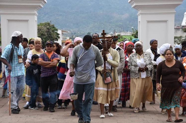 Peregrinación garifuna ingresa a la Basílica del Cristo Negro.(Foto Prensa Libre: Mario Morales)