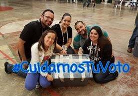 Miembros de las Juntas Receptoras de Votos se reportan listas para cuidar el voto ciudadano. (Foto Prensa Libre: Twitter Ceci-Chilimargot)