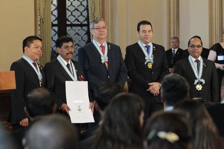 Maestros de diferentes regiones fueron galardonados con la Orden Francisco Marroquín. (Foto Prensa Libre: Carlos Hernández)