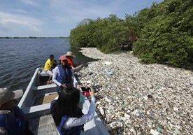 Promontorios de basura se observan en la playa de Omoa.
