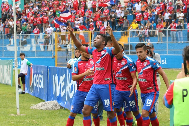 El delantero colombiano William Zapata celebra el primer gol para el Xelajú MC. (Foto Prensa Libre: Carlos Ventura)