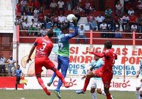 """Motta fue la estrella del partido al evitar los goles de """"toros"""". (Foto Prensa Libre: Raúl Juarez)"""
