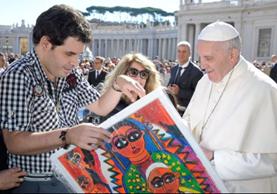 Sebastián López Durán entrega una de sus obras, sobre la Virgen de Guadalupe, al papa Francisco, durante una visita a la Ciudad del Vaticano.(Foto Prensa Libre:cortesía)