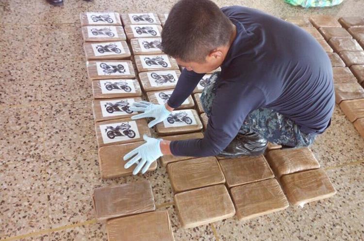 En la embarcación viajaban tres hombres, aparentemente guatemalteco. (Foto Prensa Libre: Cortesía PNC)