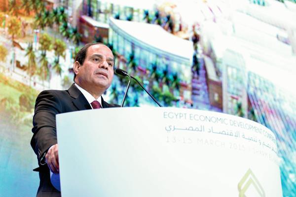 El presidente Abdel Fatah al Sisi pronunciando un discurso durante la conferencia internacional. (Foto Prensa Libre: EFE)