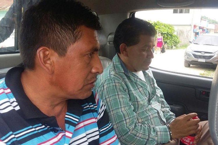 Los dos capturados en la empresa de cable en La Libertad, Petén. (Foto Prensa Libre: Manuel Romero).