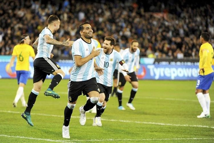 El jugador de la Selección Argentina de futbol Gabriel Mercado (centro) celebra el único gol de la albiceleste contra Brasil. (Foto Prensa Libre: EFE)