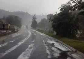 La carretera que conduce hacia Totonicapán fue cubierta parcialmente por el granizo. (Foto Prensa Libre: Cortesía)
