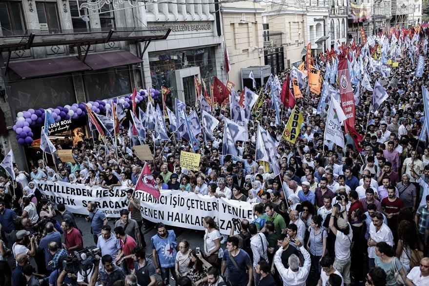 """Inmediatamente después del atentado manifestantes protestaron con pancartas donde se leía """"la pandilla del Estado Islámico perderá"""". (Foto Prensa Libre: AFP)."""