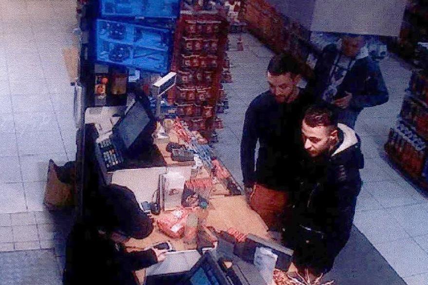 Salah Abdeslam (derecha), junto a Mohamed Abrini (centro) mientras compraban comida dos días previo al ataque. (Foto Prensa Libre: AFP).