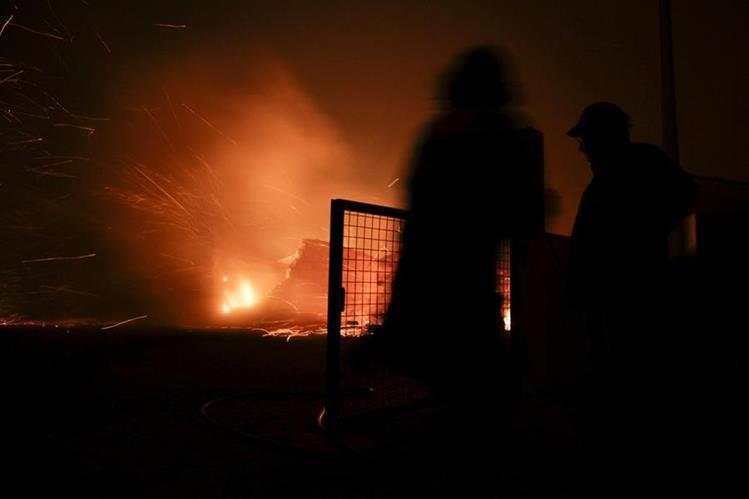 Casi 2.000 bomberos combaten incendio en Portugal, que ha causado 62 muertes