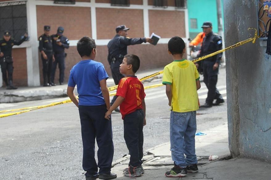 Tres niños observan el lugar donde fue atacado a balazos el joven, en la colonia Progreso, zona 11. (Foto Prensa Libre: Érick Ávila)