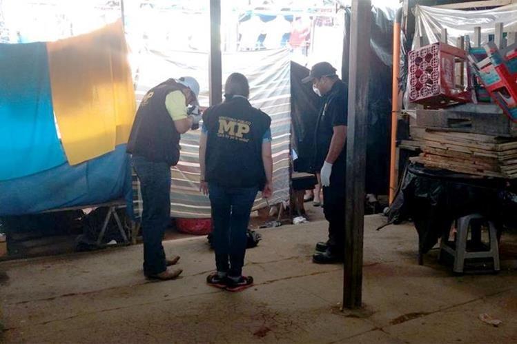 Fiscales del Ministerio Público resguardan el cadáver del recién nacido que fue localizado en un sector del mercado de Jalapa. (Foto Prensa Libre: Hugo Oliva)
