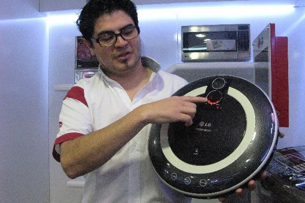 OSORIO muestra la aspiradora robótica Homebot.
