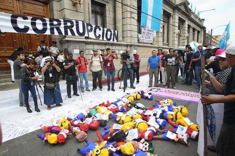Decenas de personas protestan contra la corrupción frente al Congreso. (Foto Prensa Libre: Érick Ávila)