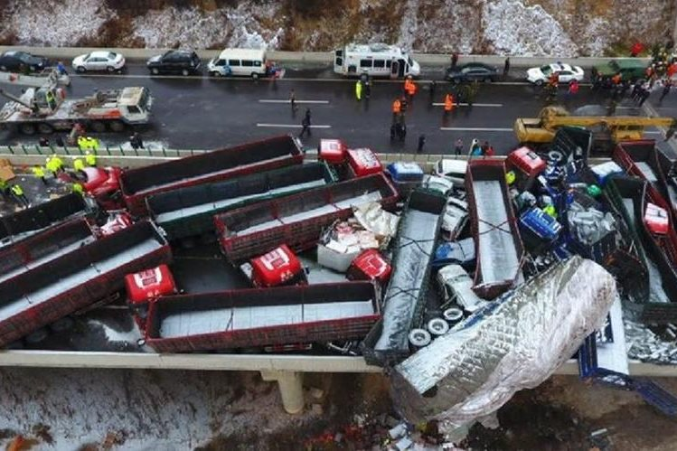 Una vista aérea de una decena de camiones empotrados en una carretera en China. (Foto Prensa Libre)