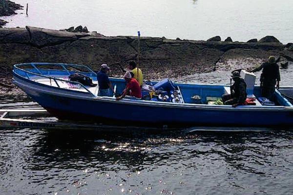 Una embarcación  fue interceptada por la PNC en Puerto San José, Escuintla, con varios paquetes con posible droga. (Foto Prensa Libre: )