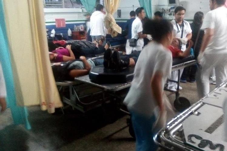 Heridos son atendidos en el Hospital Regional de Cobán, alta Verapaz. (Foto Prensa Libre: Cortesía Bomberos Voluntarios)